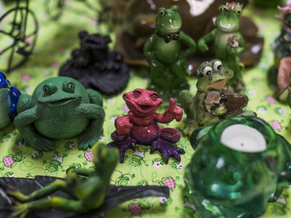 A photo of frog figurines.