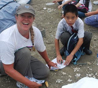 Teachers with Panamanian students in the field, Gatun Formation. © Photo by California Teachers Project – PCP PIRE.